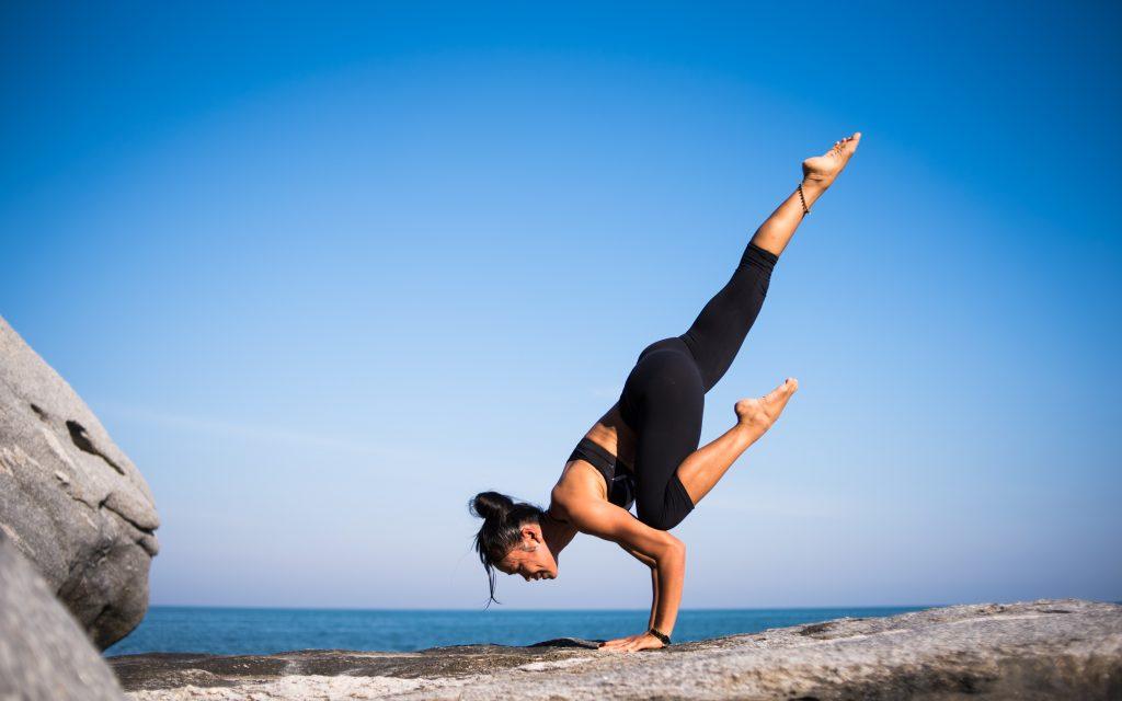 Frau stemmt ihr eigenes Gewicht beim Sport